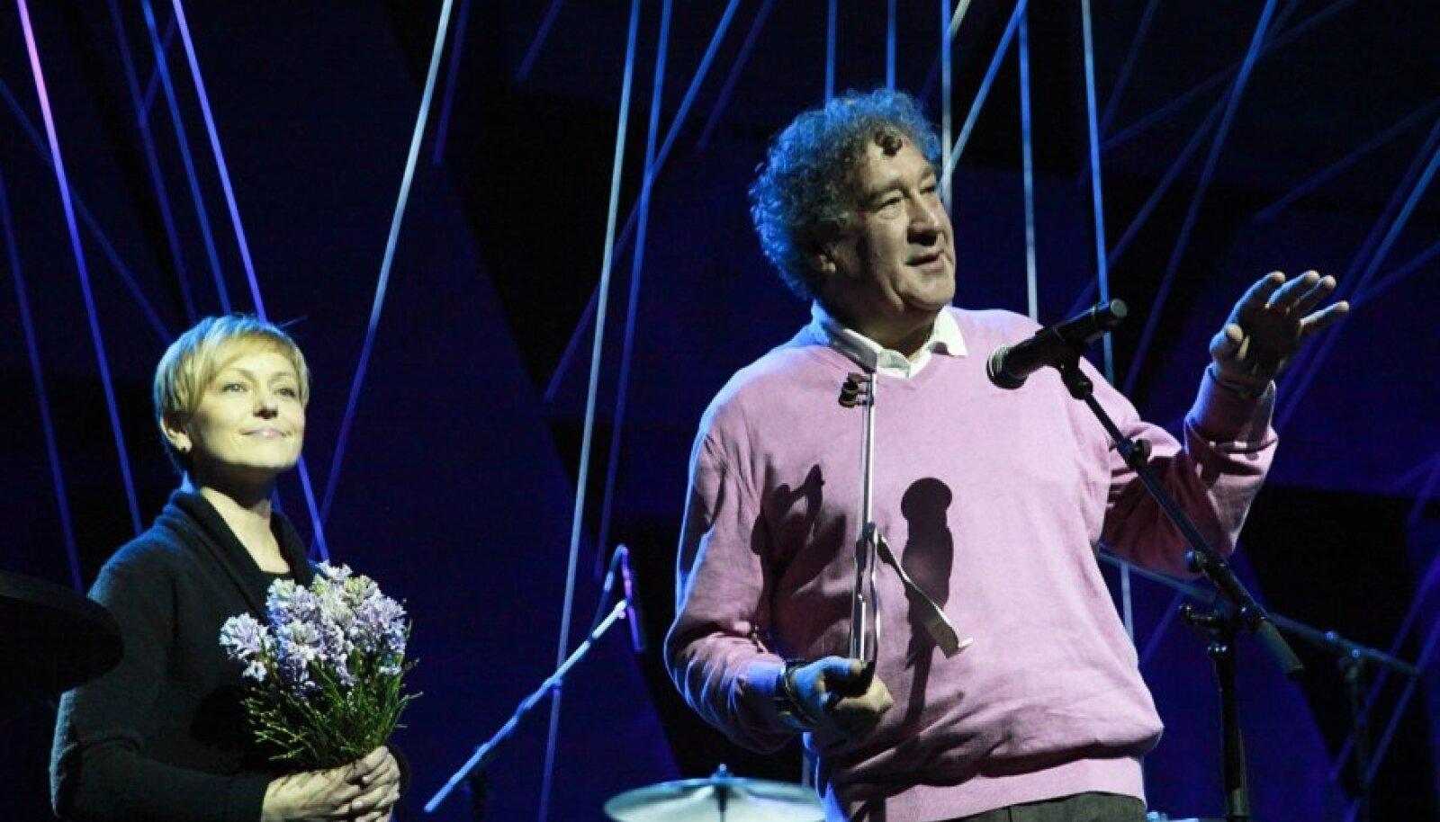 Guido Kangur ja Pille Lukin jazziedendaja auhinda vastu võtmas