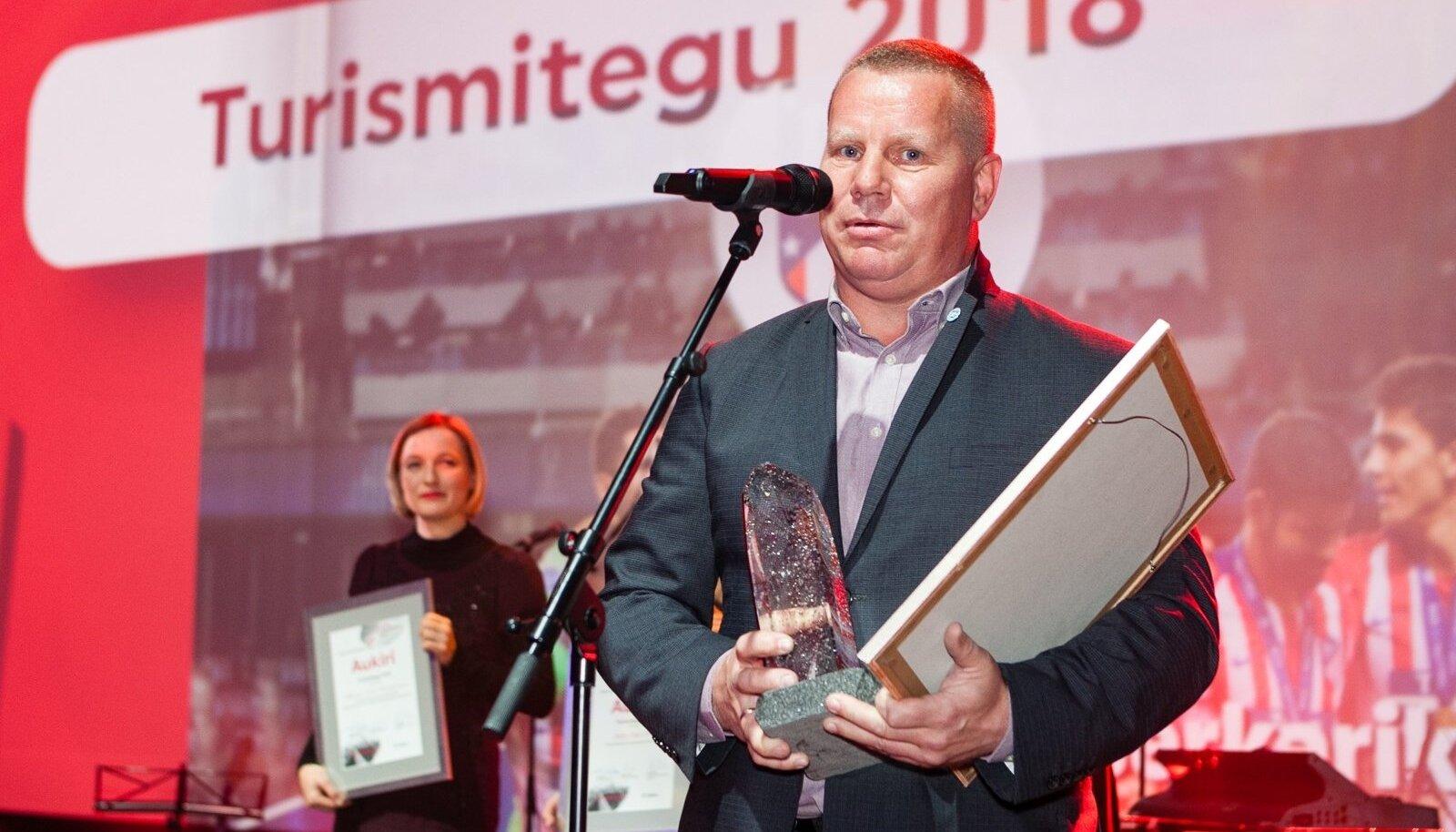 EJLi infrastruktuuri juht Targo Kaldoja auhinda vastu võtmas