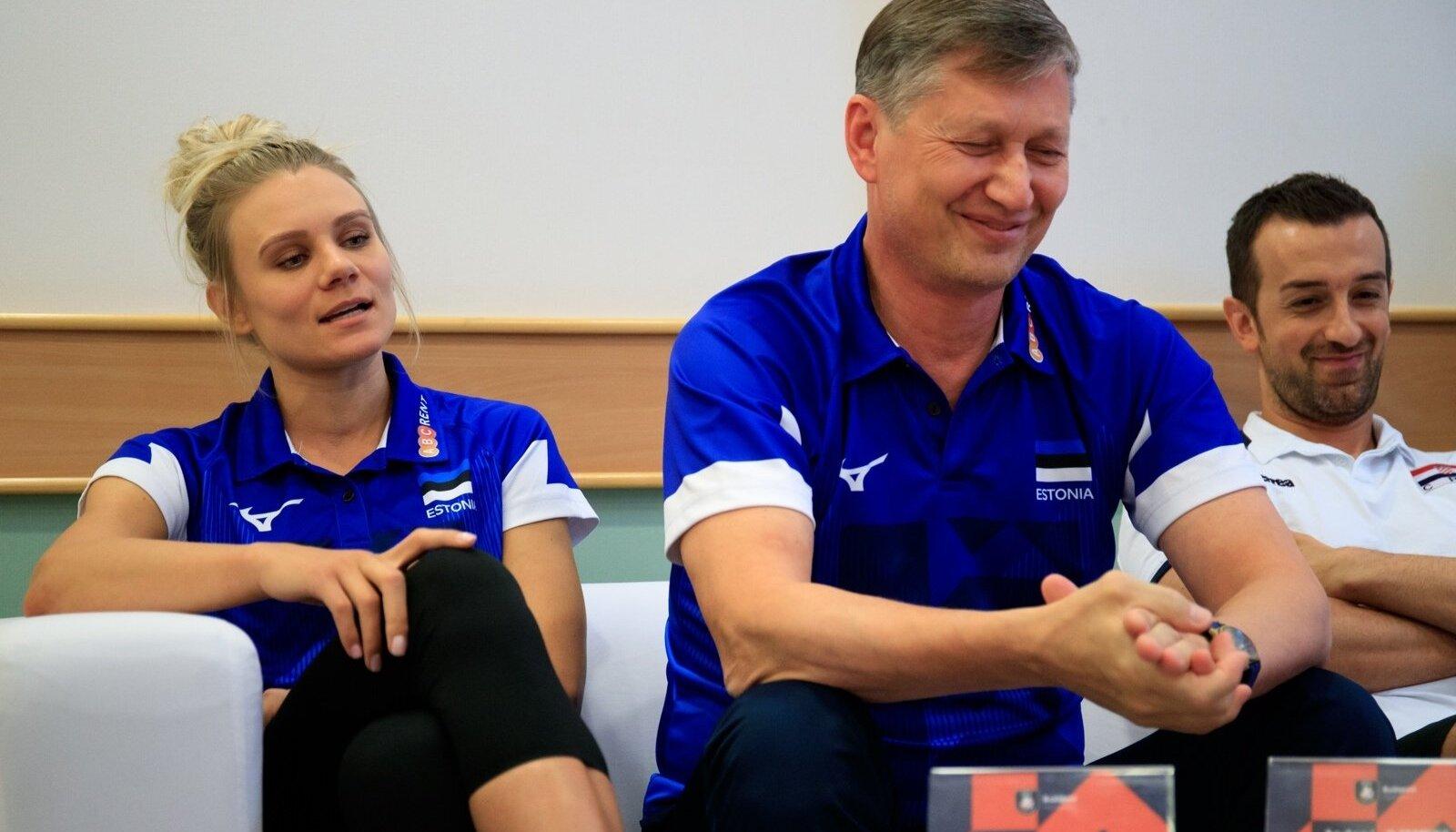Julija Mõnnakmäe bravuurikas sõnavõtt tundub meeldivat nii Eesti juhendajale Andrei Ojametsale (keskel) kui ka Horvaatia treenerile Daniele Santarellile.