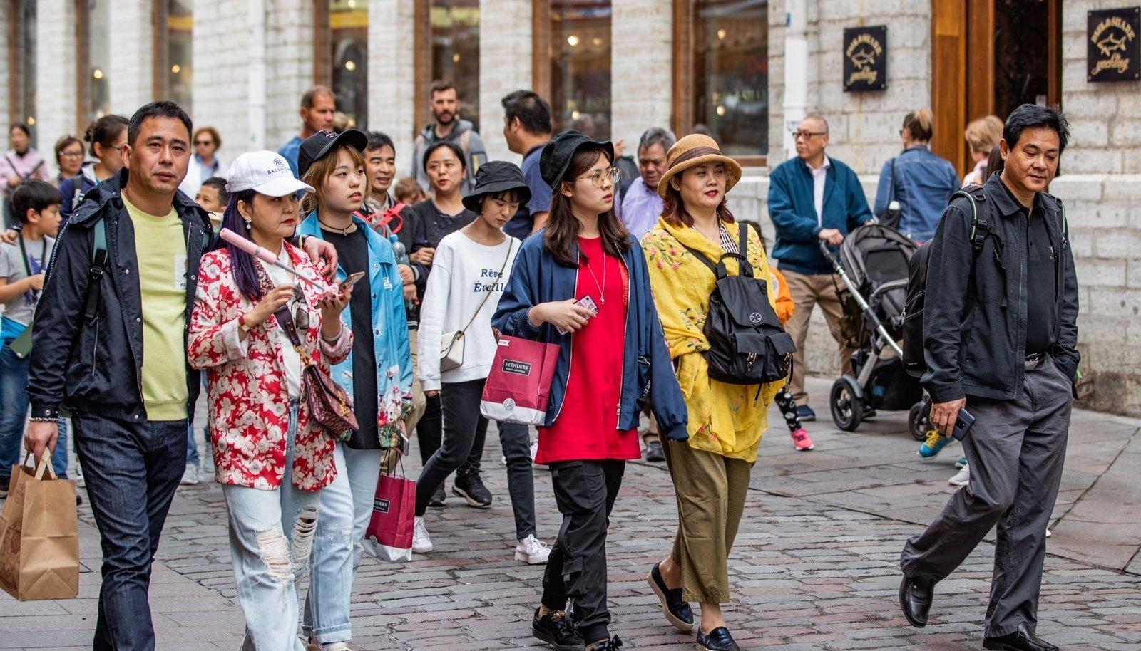 Ristlusturistid Tallinna vanalinnas, kus kulub lõviosa nende ajast.