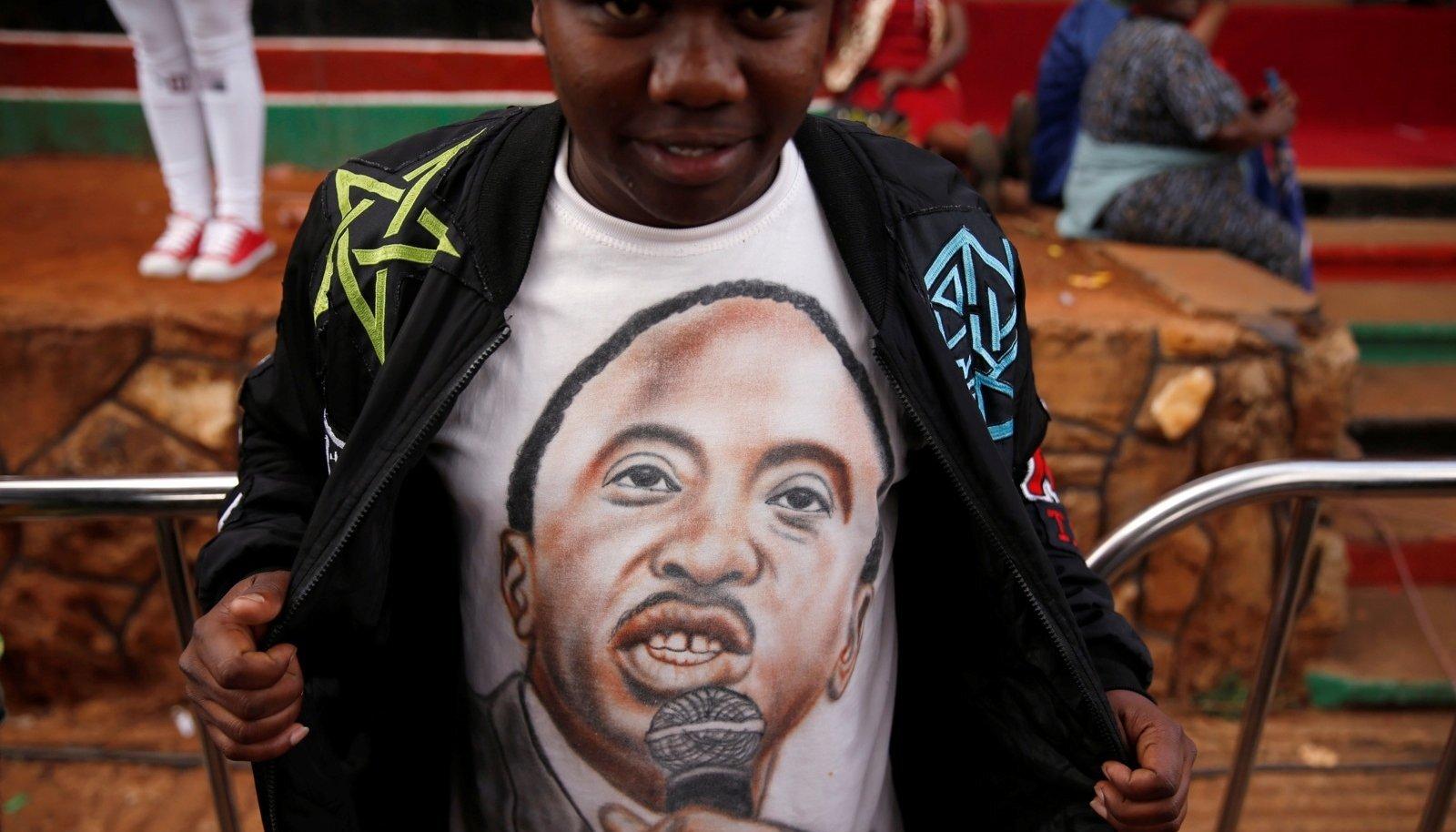PEAAEGU VÕIDUMEES: Toetaja näitab president Uhuru Kenyatta pildiga särki.