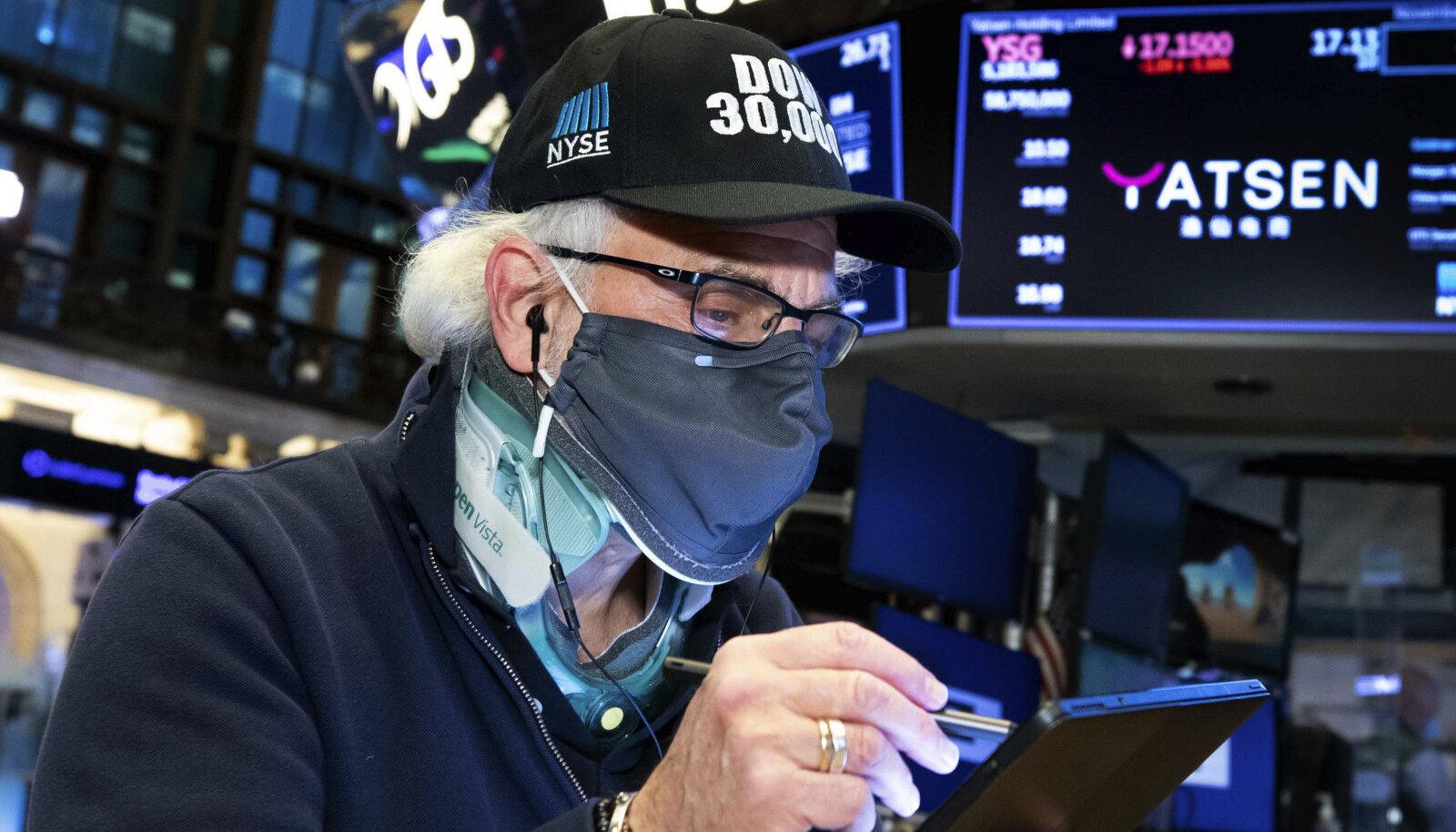 Börsikaupleja kannab Dow Jonesi tööstuskeskmise 30 000 punkti läbimise puhul sellekohast mütsi