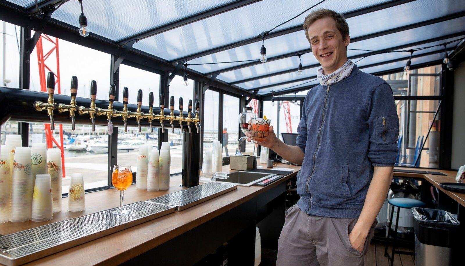 Noblessneri kail asuvas Kaifi kokteilibaaris serveerib teenindaja vaadist erisuguseid kokteile.