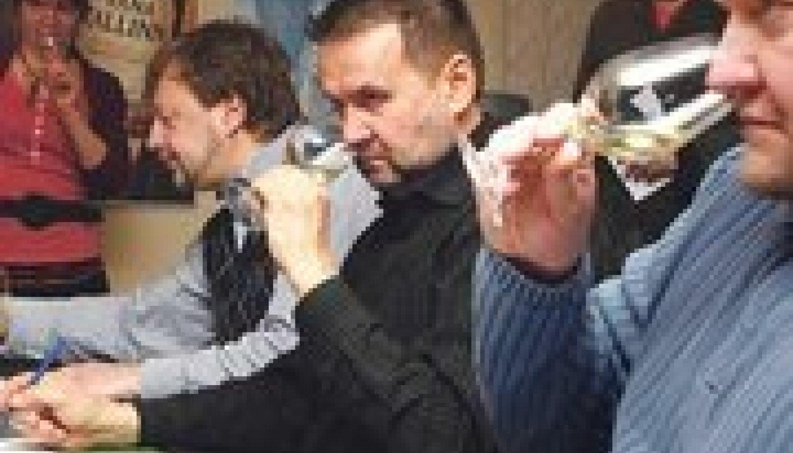 Žürii tööhoos: Veinivilla juht Tiina Kuuler, alkoholitundjad ja -koolitajad Arne Pajula ja Aare Karolin ning Prantsuse veinide maaletooja Igor Sööt. Taamal seisab ajakirjanik Sulev Oll.