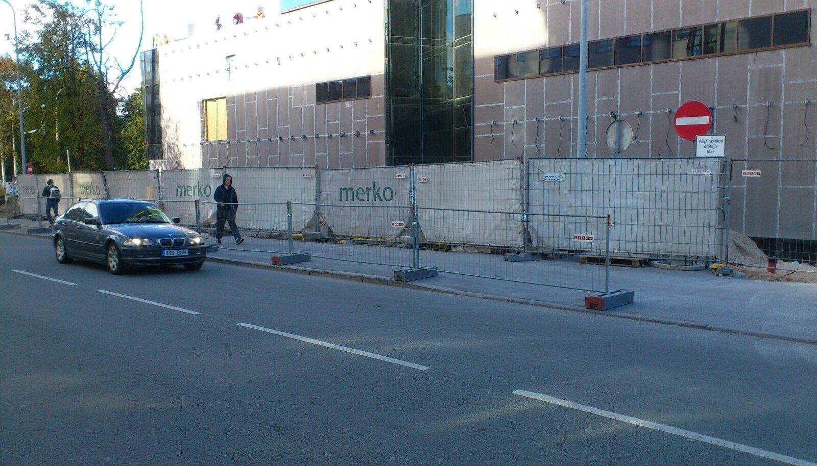 Kunderi tänava kõnnitee äärde paigaldati piire