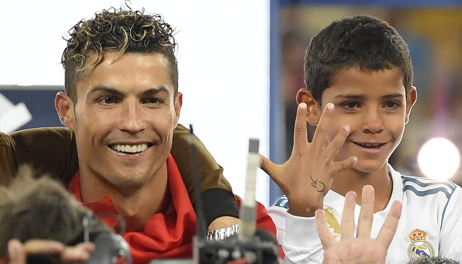 Cristiano Ronaldo koos poja Cristiano juunioriga