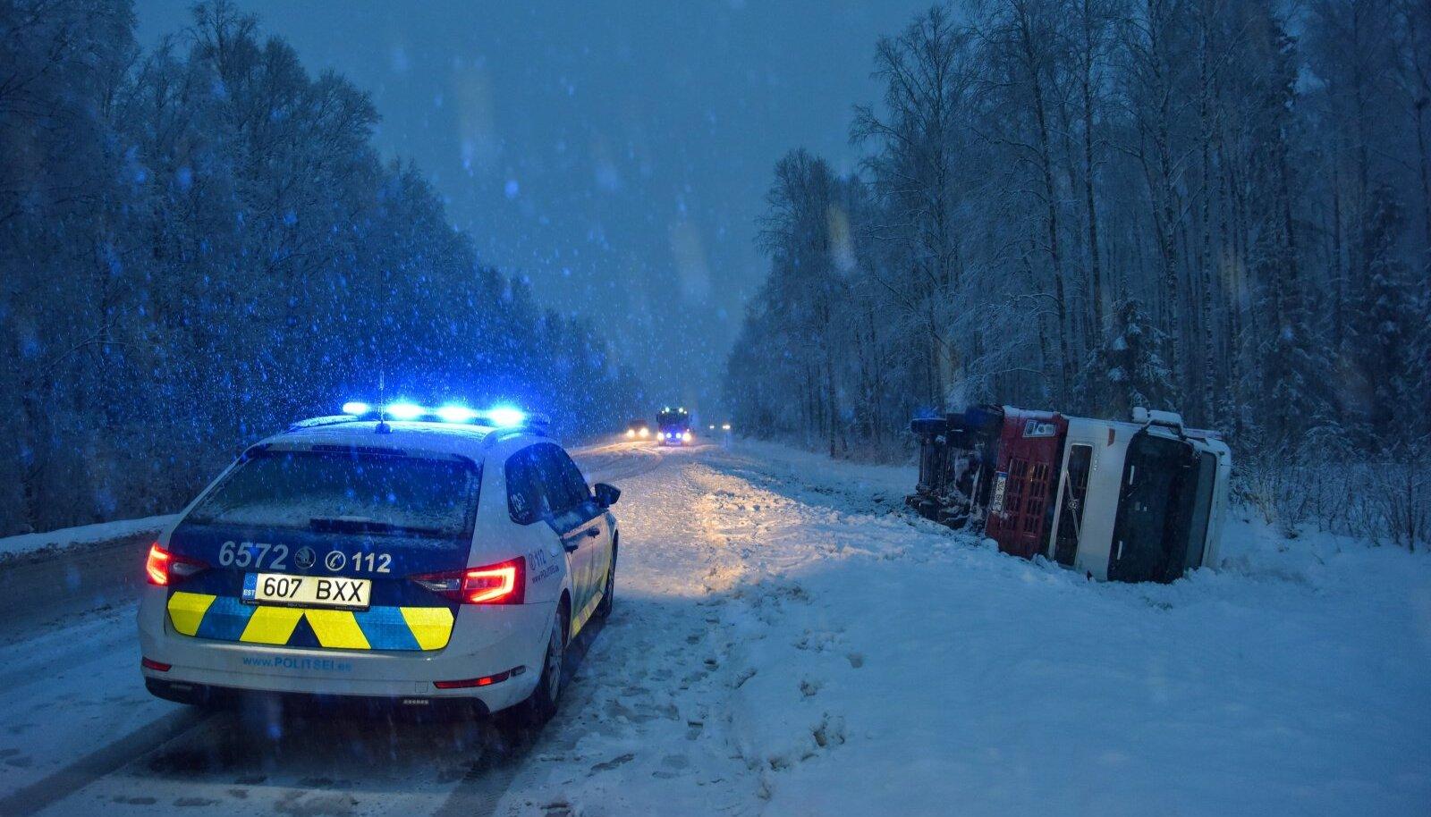 Viljandimaal põrkasid kokku veok ja sõiduauto.