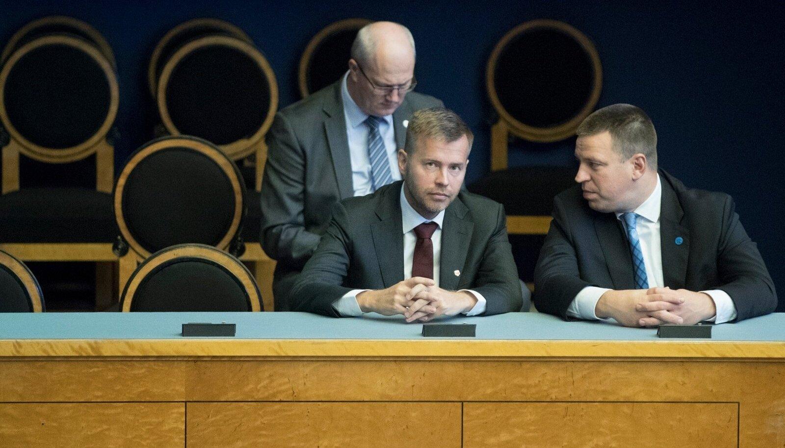 Ettevõtlus- ja infotehnoloogiaminister Rene Tammist (vasakul) koos peaminister Jüri Ratasega riigikogus