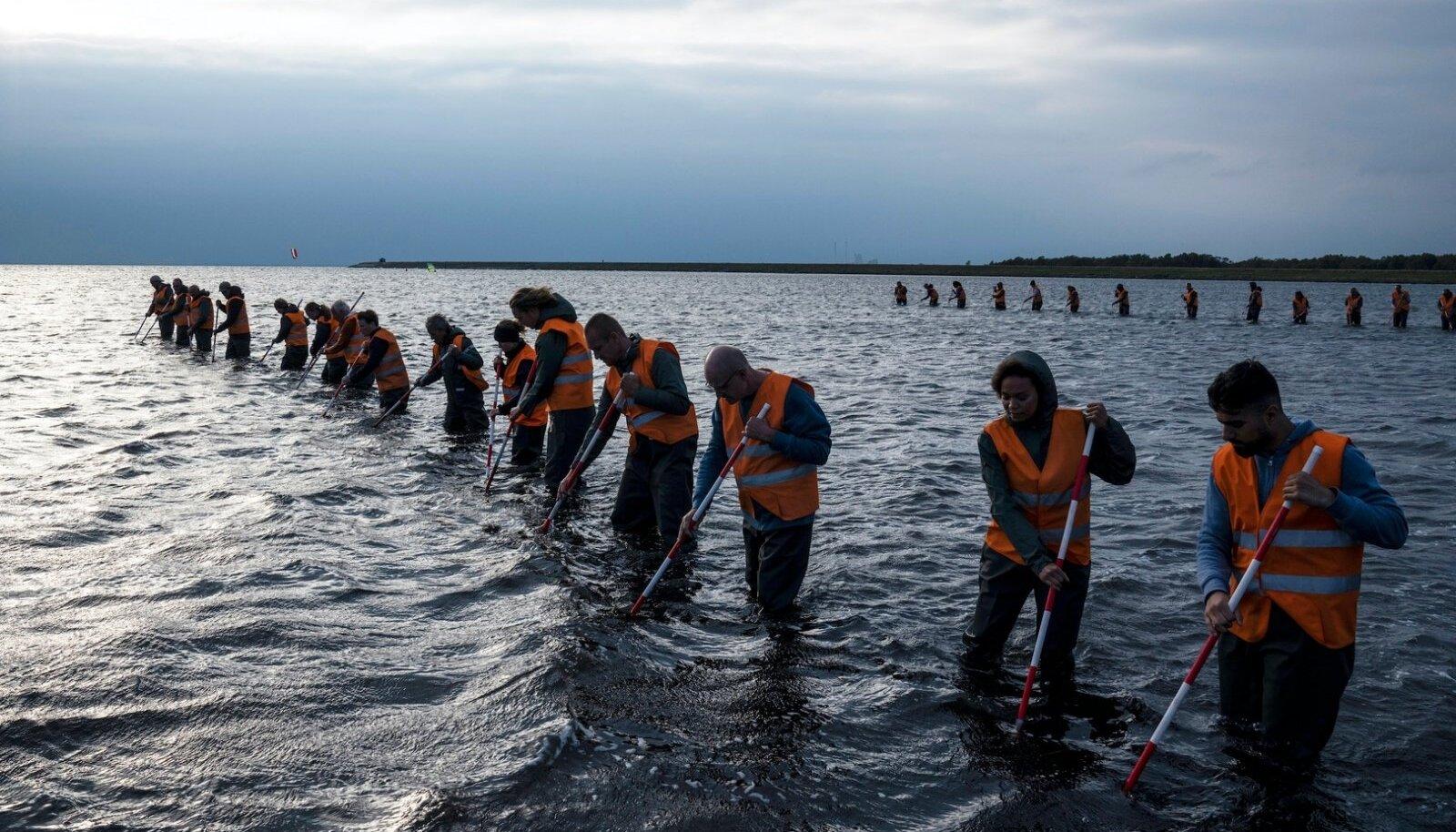 UURIMINE: Taani sari püüab taastada ajakirjaniku koletule mõrvale järgnenud sündmused. Pildil otsitakse merest kadunud Kim Walli surnukeha.