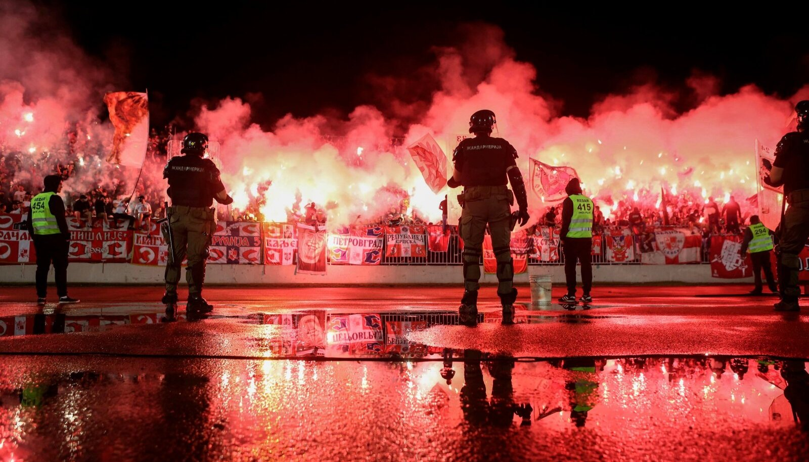 Belgradi Crvena Zvezda fännid on Partizani kodustaadionil mürgli püsti pannud.