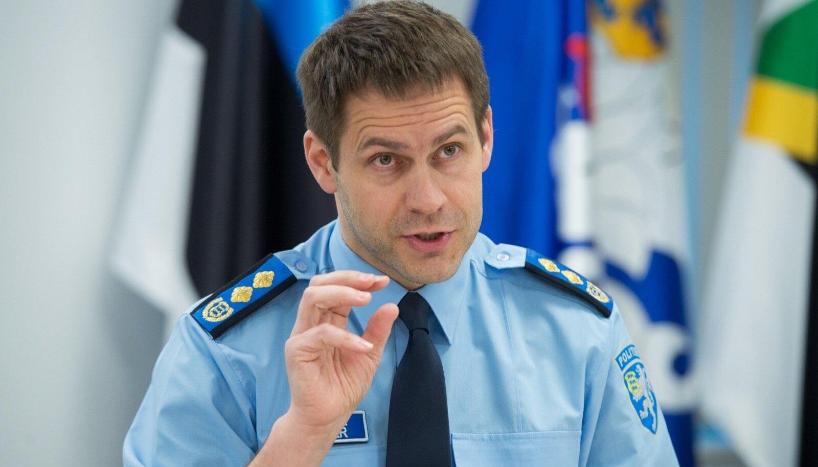 Elmar Vaher näitab, kui õhukeseks on politsei lihvitud.