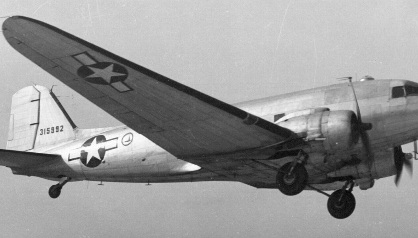 Douglas C-47 Skytrain lennukeid kasutati langevarjurite kohale toimetamisel.