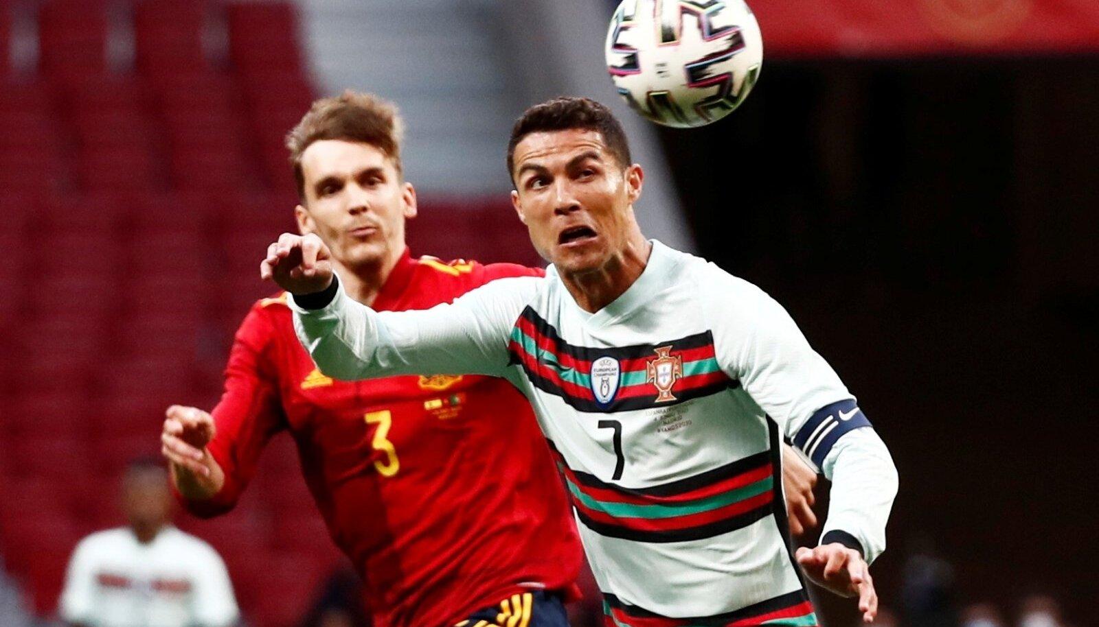 Cristiano Ronaldo ja Diego Llorente palli pärast võitlemas.