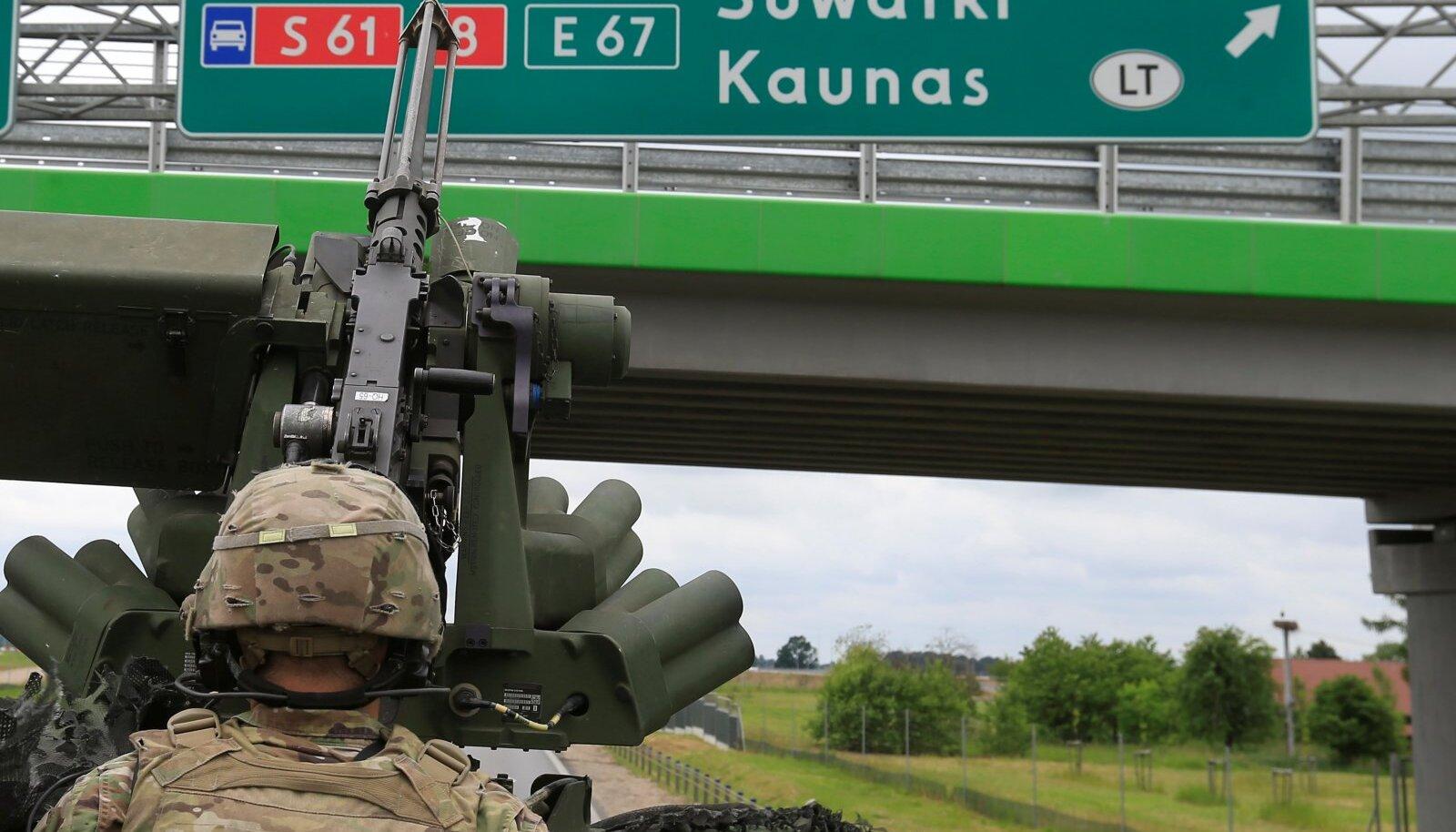 Stryker-masinaga teel õppustele Leedus.