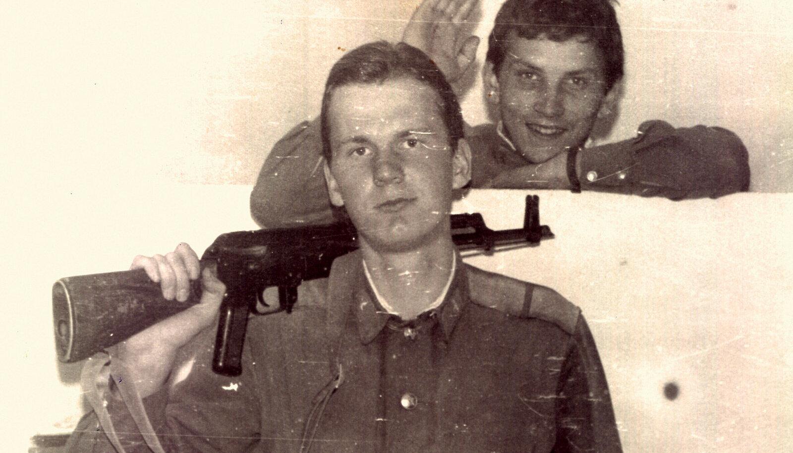 Egon Mets Haljalast (püssiga) ja Teet Torila Võrust (taga). Viibime vahtkonnaruumis, parasjagu on puhkehetk. Foto on augusti algusest 1989.