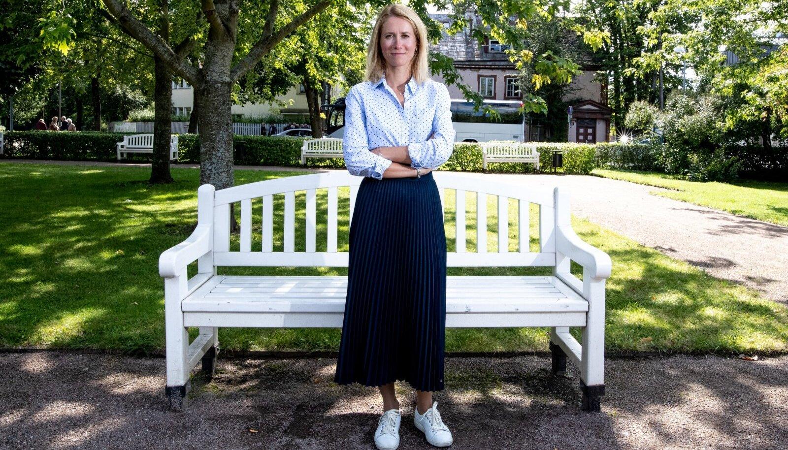 Kaja Kallast on aastaid nähtud valgeid tenniseid kandmas.