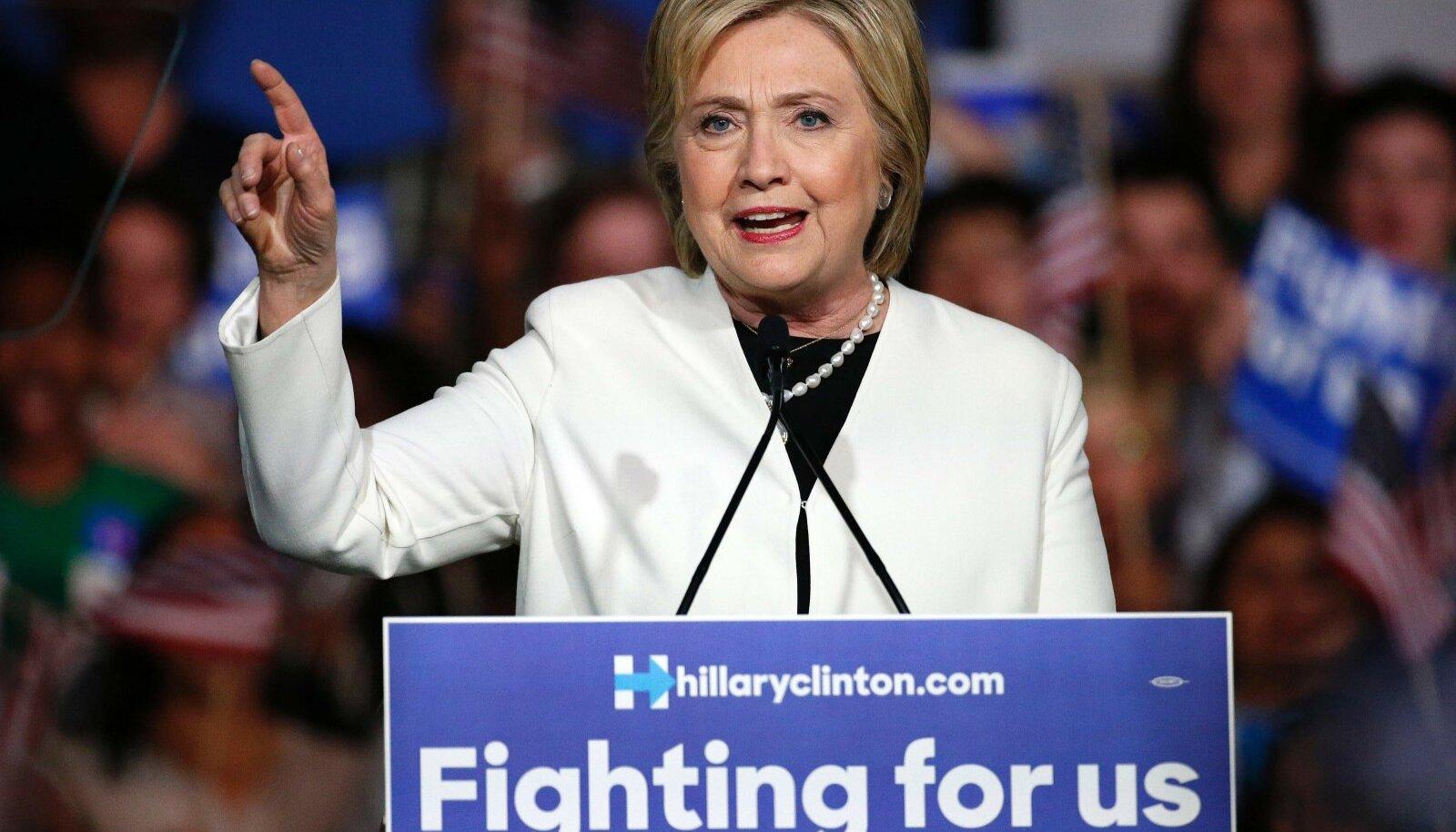 Demokraatide eelmine presidendikandidaat Hillary Clinton eelistas möödunud valimiste ajal kanda valget pükskostüümi ja seda lausa nii sageli, et sellest sai nüüdisaegse feminismi sümbol.