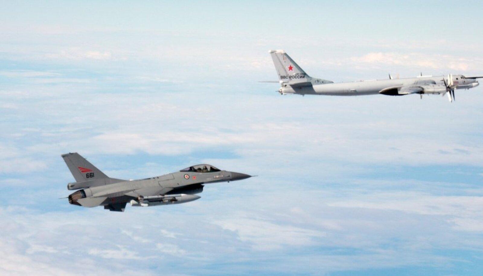 Истребитель ВВС Норвегии F-16 сопровождает российский стратегический бомбардировщик Ту-95