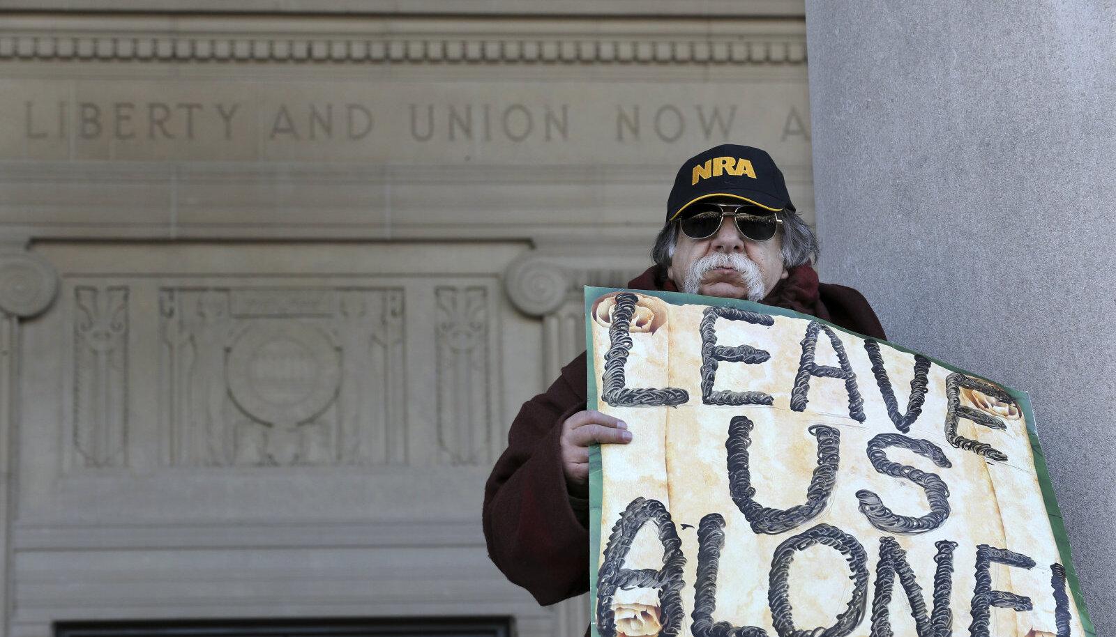 Mees eilsel relvakontrolli vastaste meeleavaldusel Trentonis (New Jersey).