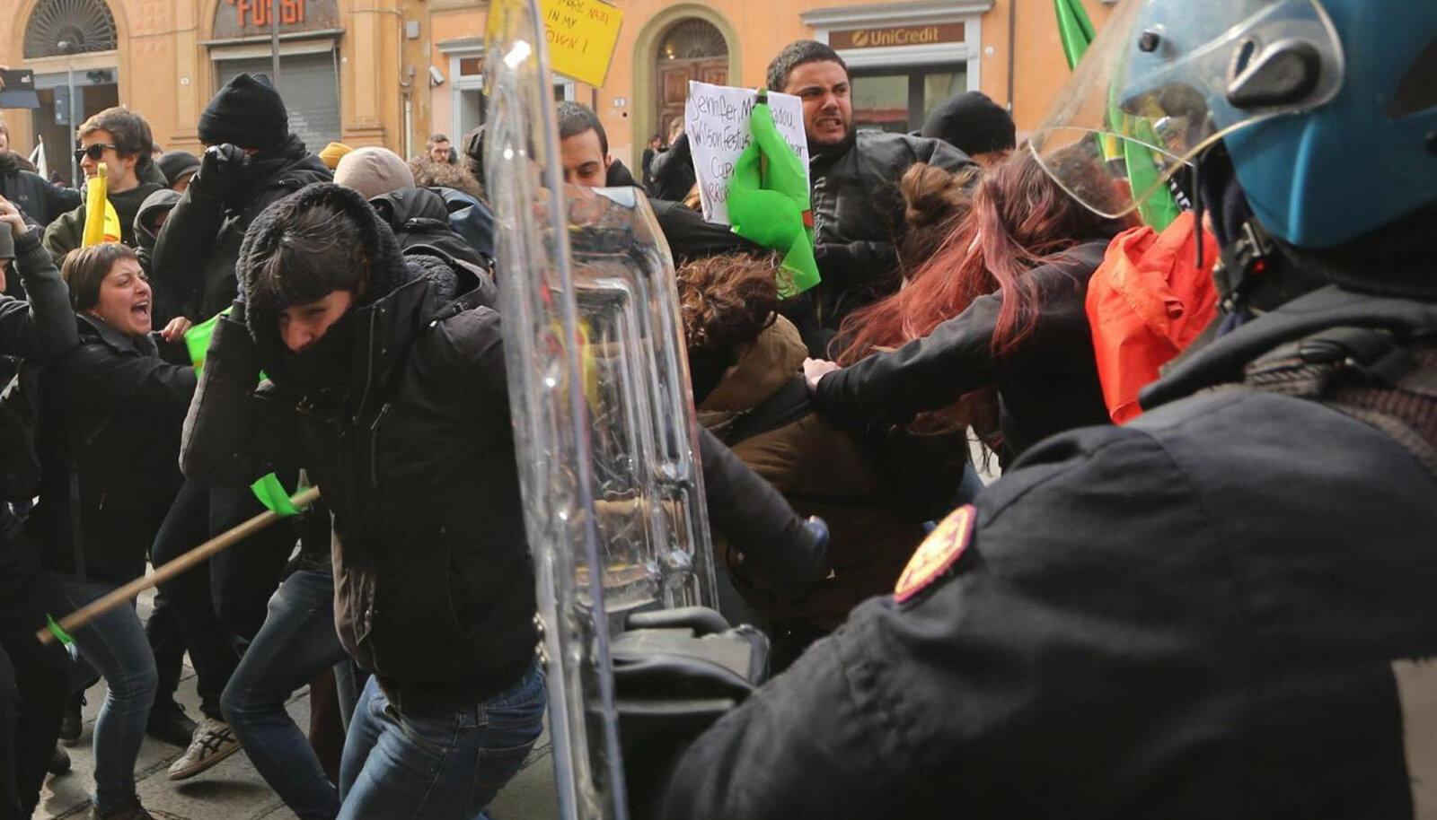 Vasakäärmuslaste ja politsei kokkupõrge Bolognas, 16. veeb