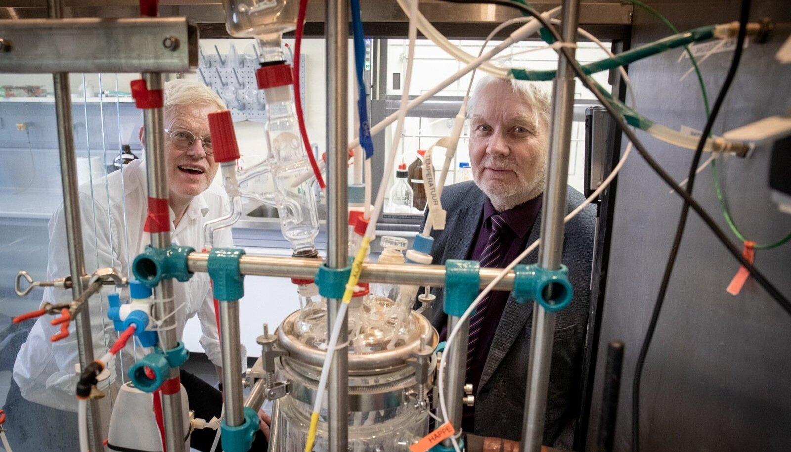 Tallinna tehnikaülikooli professor Margus Lopp (paremal) ja tehnoloogiadoktor Jaan Uustalu näitavad laboriseadet, mille abil on põlevkivist võimalik otse välja võtta keemiatööstuse põhitoorained.
