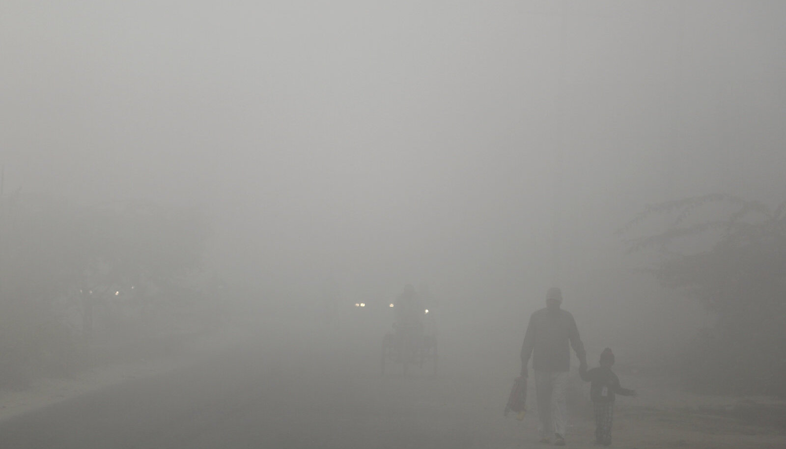 Isa Delhis täna hommikul last kooli viimas. Kusagil seal all paremas nurgas nad on.