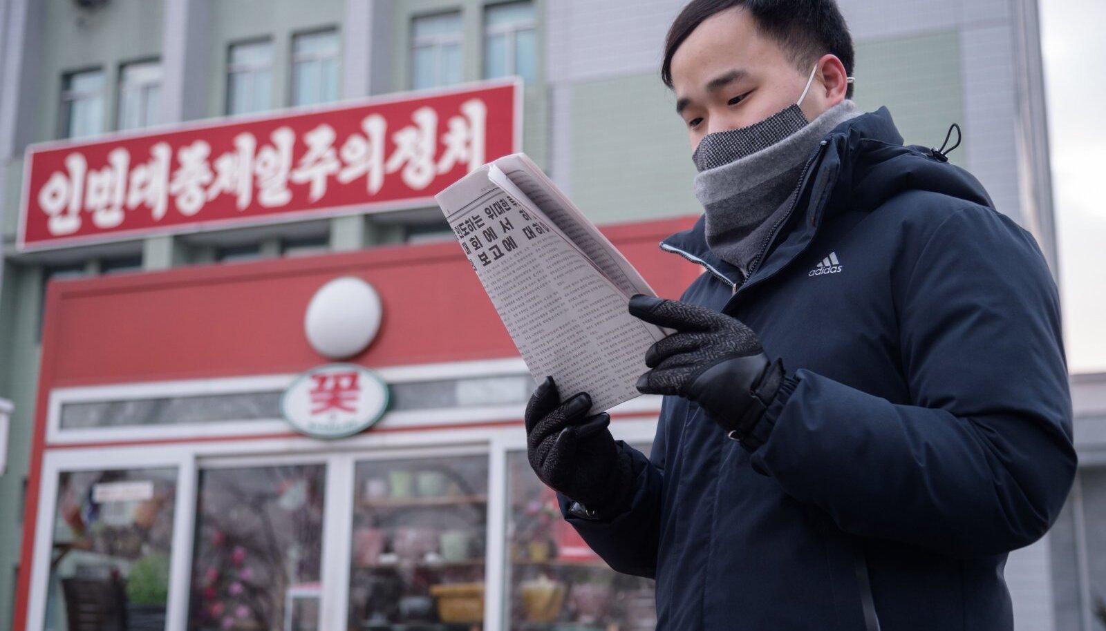 Illustratiivsel eesmärgil: mees Põhja-Korea pealinna Pyongyang'i tänaval ajalehest Kim Jong-uni tähtsaid sõnu lugemas (foto: AFP / Scanpix)