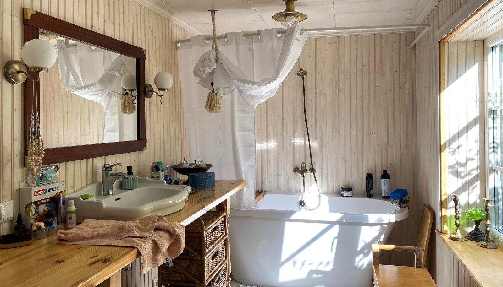 Vannitoa sisustus on segu kaltsukaleidudest (peegel ja kraanikauss), kõige odavama ehituspoe ehk Depo kraami ülevärvimisest (lambid) ja vanaema pärandusest (vana istepink).