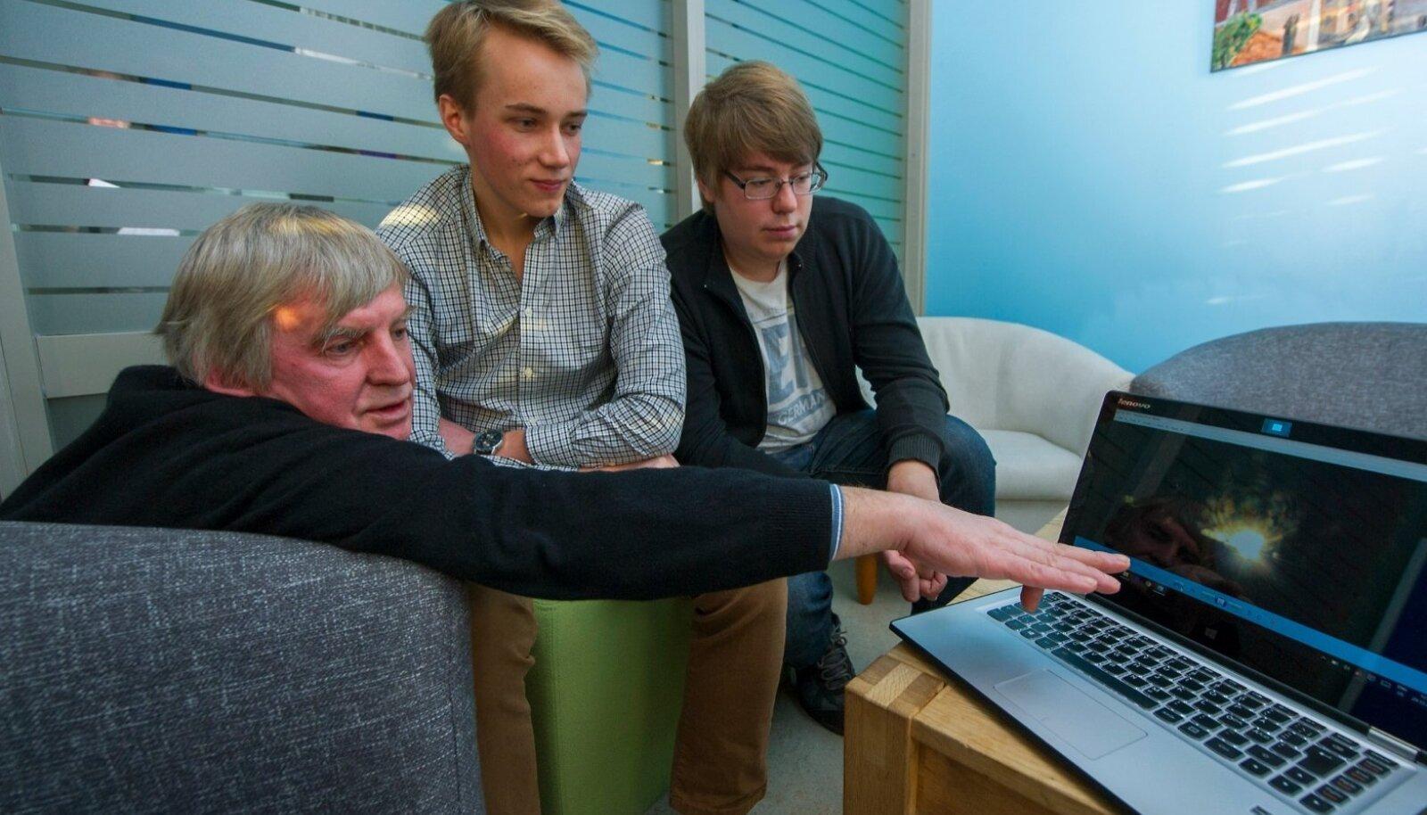 SIIN TA ON: Dr Ivo Kolts näitab Joonas Palmile ja Steven Eomoisile, kuidas ta tulekumast tehtud fotol Jeesuse avastas.