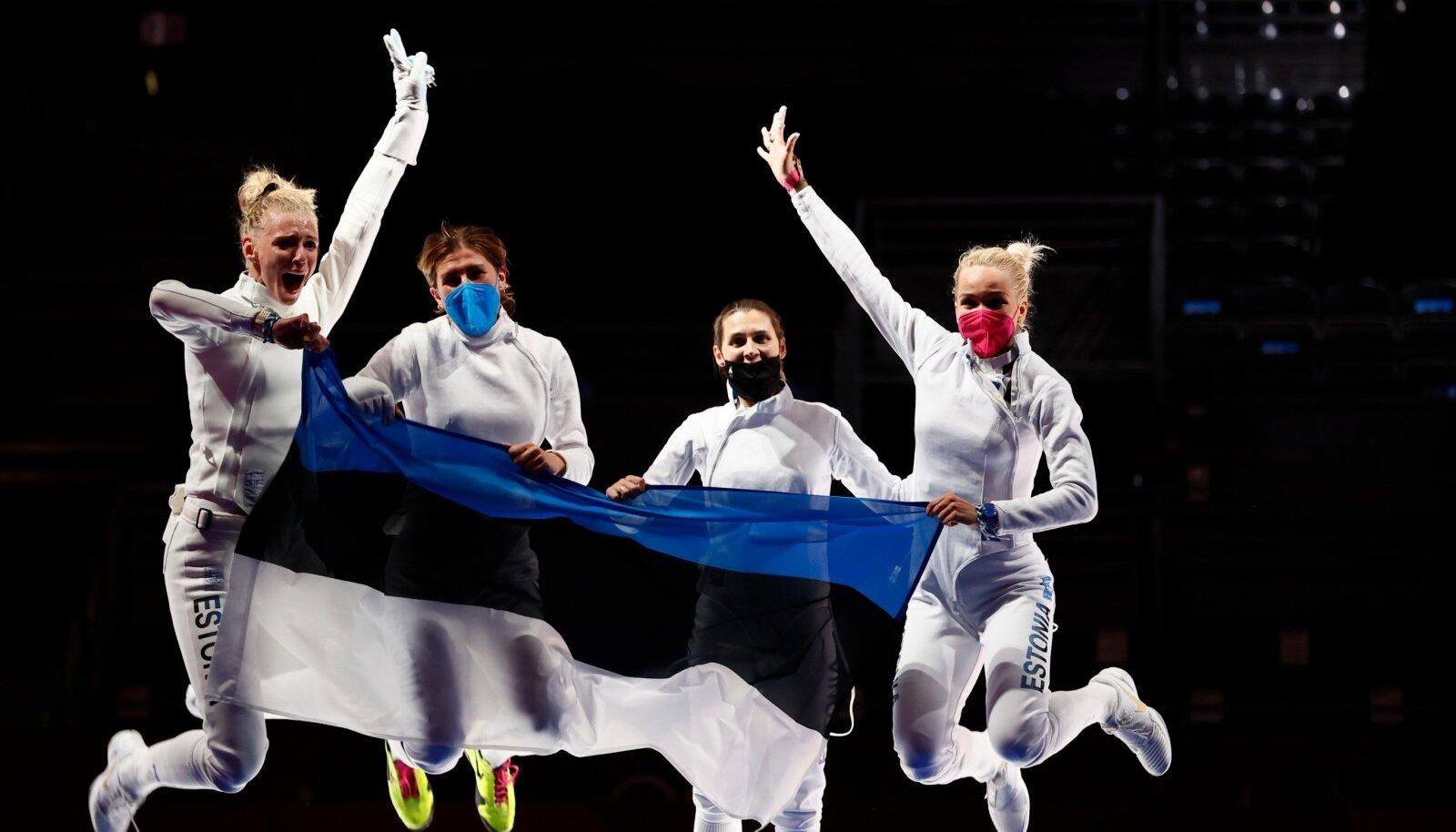 Eesti epeenaised olümpiakulda tähistamas.