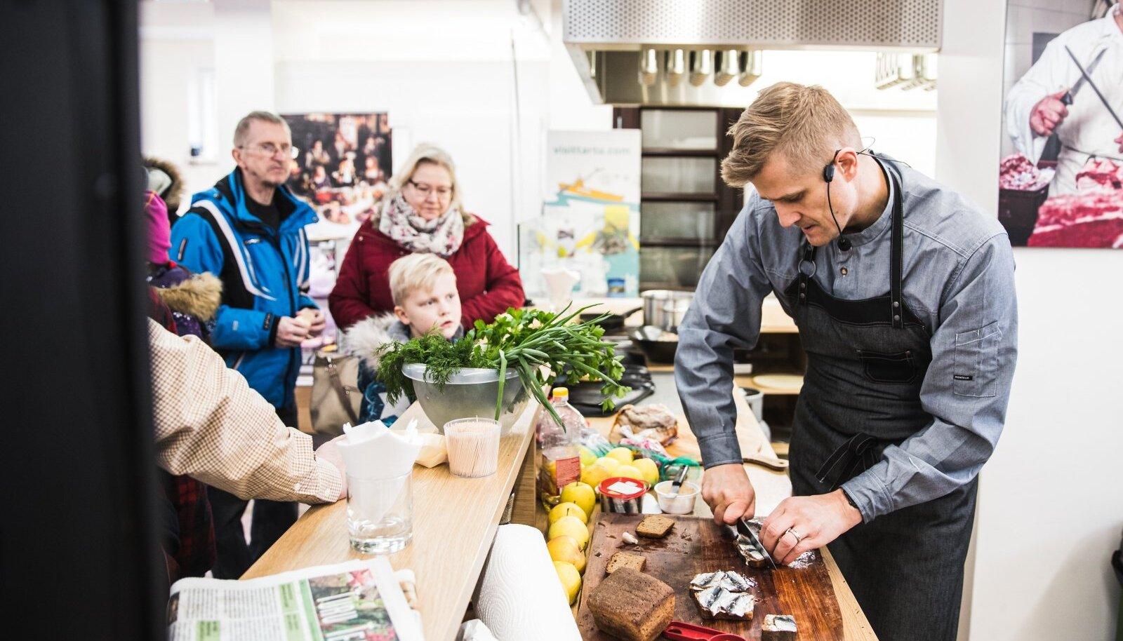 Telekokk Joel Ostrat õpetab vahel turuhoones asuvas esitlusköögis toidu valmistamist.