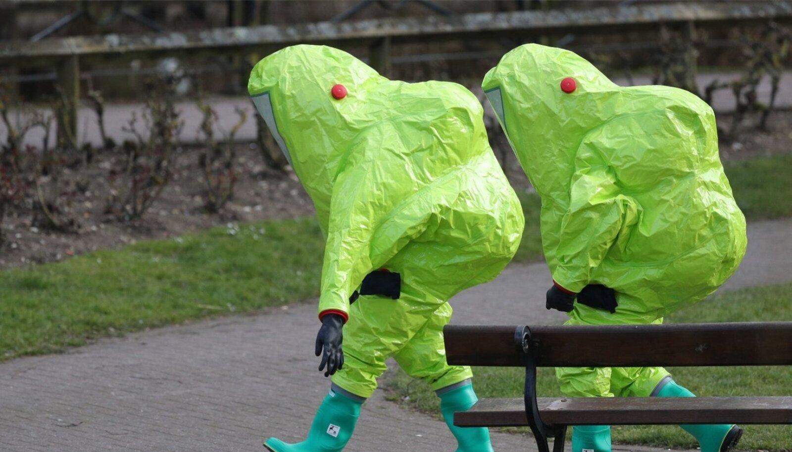 Scotland Yardi kaitseülikondades uurijad sisenevad Inglismaal Salisbury kaubanduskeskusesse, kus ühe võimaliku kohana rünnati närvi- mürgiga endist Vene topeltagenti Sergei Skripali ja tema tütart Juliat.