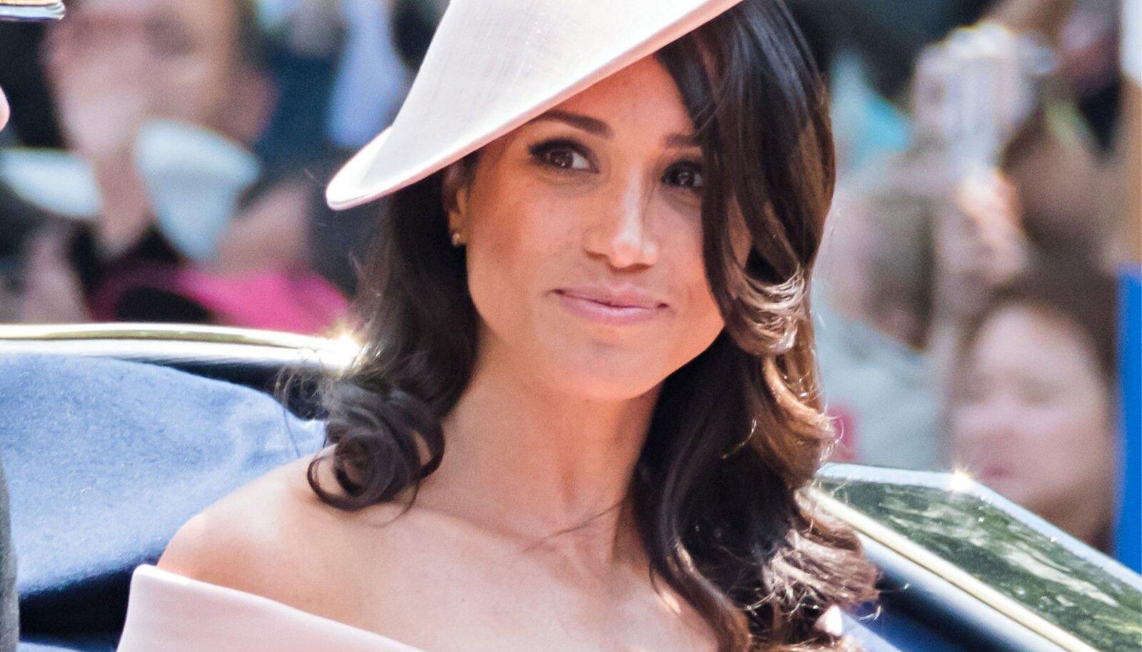 Pärast pulmi ilmus Meghan esimest korda avalikkuse ette kuninganna Elizabeth II sünnipäeval ja kandis Carolina Herrera paljaste õlgadega kleiti. Ta rikkus taaskord protokolli, sest kuningapere naistel pole tavaks kanda paljaid õlgu.
