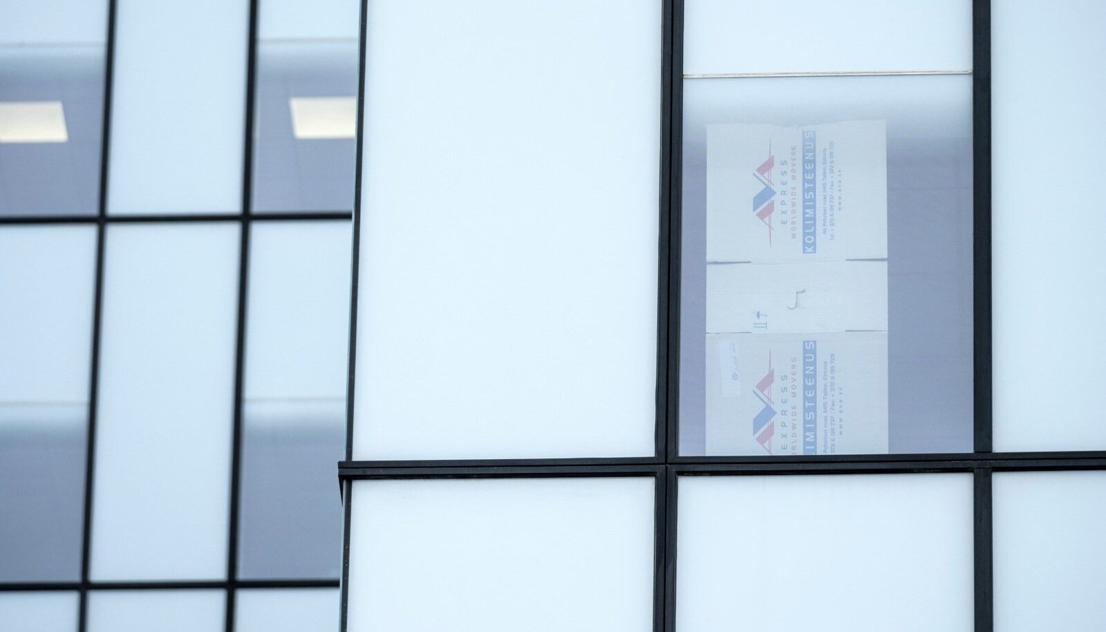 Urmas Reinsalu kabinet. Ruloo puudumise tõttu on justiitsminister akende ette kleepinud kolimiskastide papitükid.