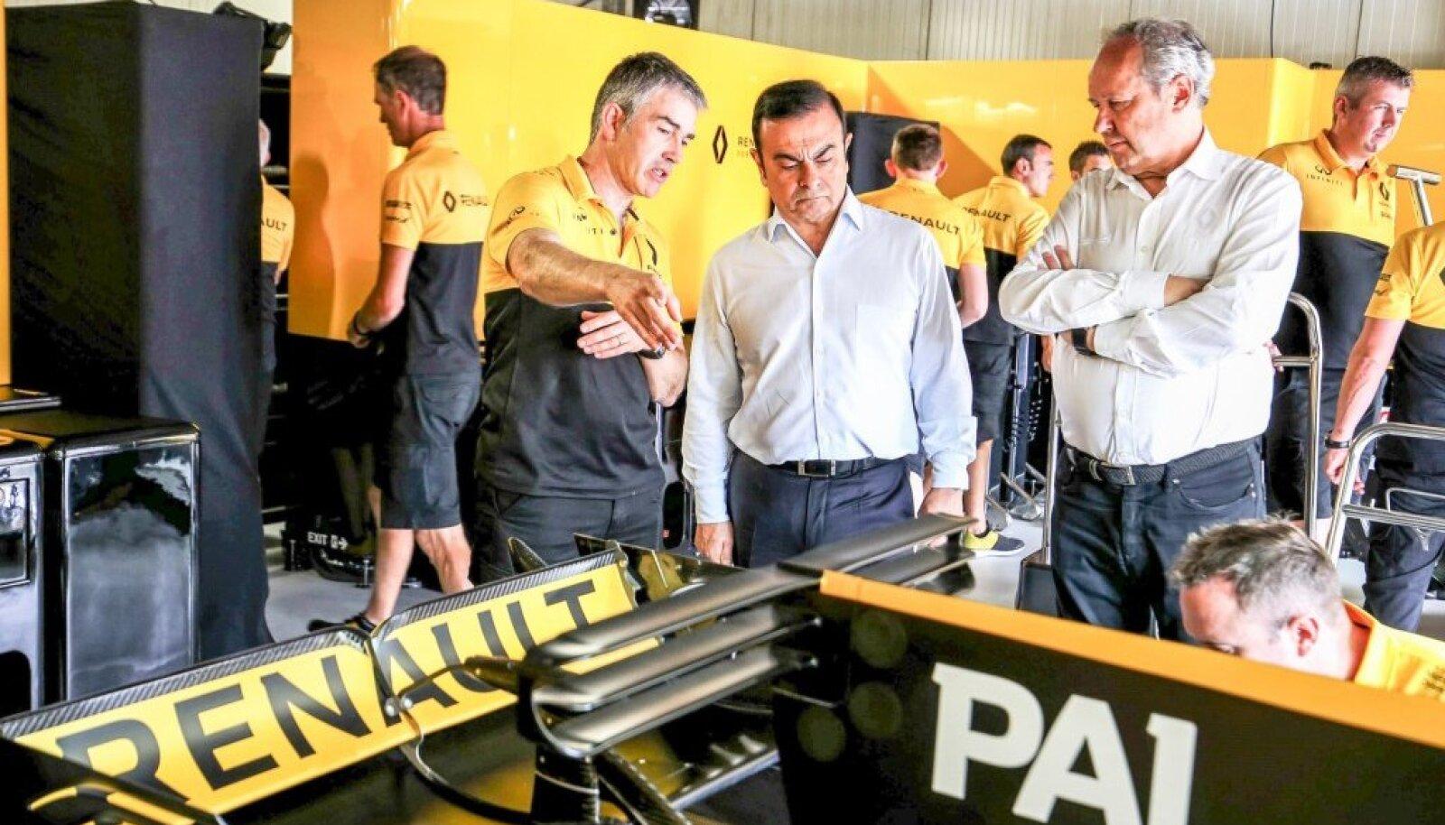 40 AASTA JUUBEL: Renault' kontserni toonane boss Carlos Ghosn (keskel) ja mootorispordidirektor Jerome Stoll (paremal) 2017. aasta Monaco GP ajal