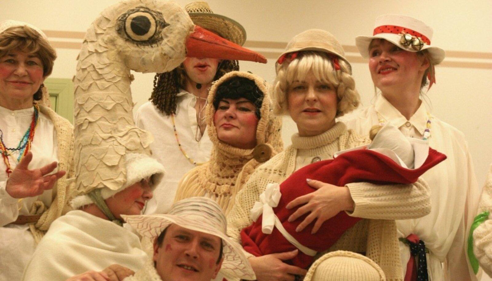 Kümnendi eest jäädvustatud Tarvanpää tantsijatest kadrinsantide keskel on ka nägus kadrinoorik koos titega, kas aga maimuke ka piisavalt pissis, seda ajalugu ei mäleta