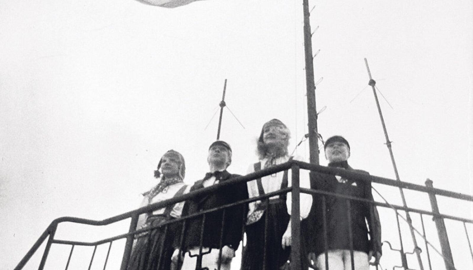 24. veebruaril 1989 heiskasid sinimustvalge lipu Pika Hermanni torni Ellerheina tütarlastekoori ja RAMi poistekoori lauljad  Helen Lepalaan, Madis Laansalu, Sille Priks ja Rauno Tagel.