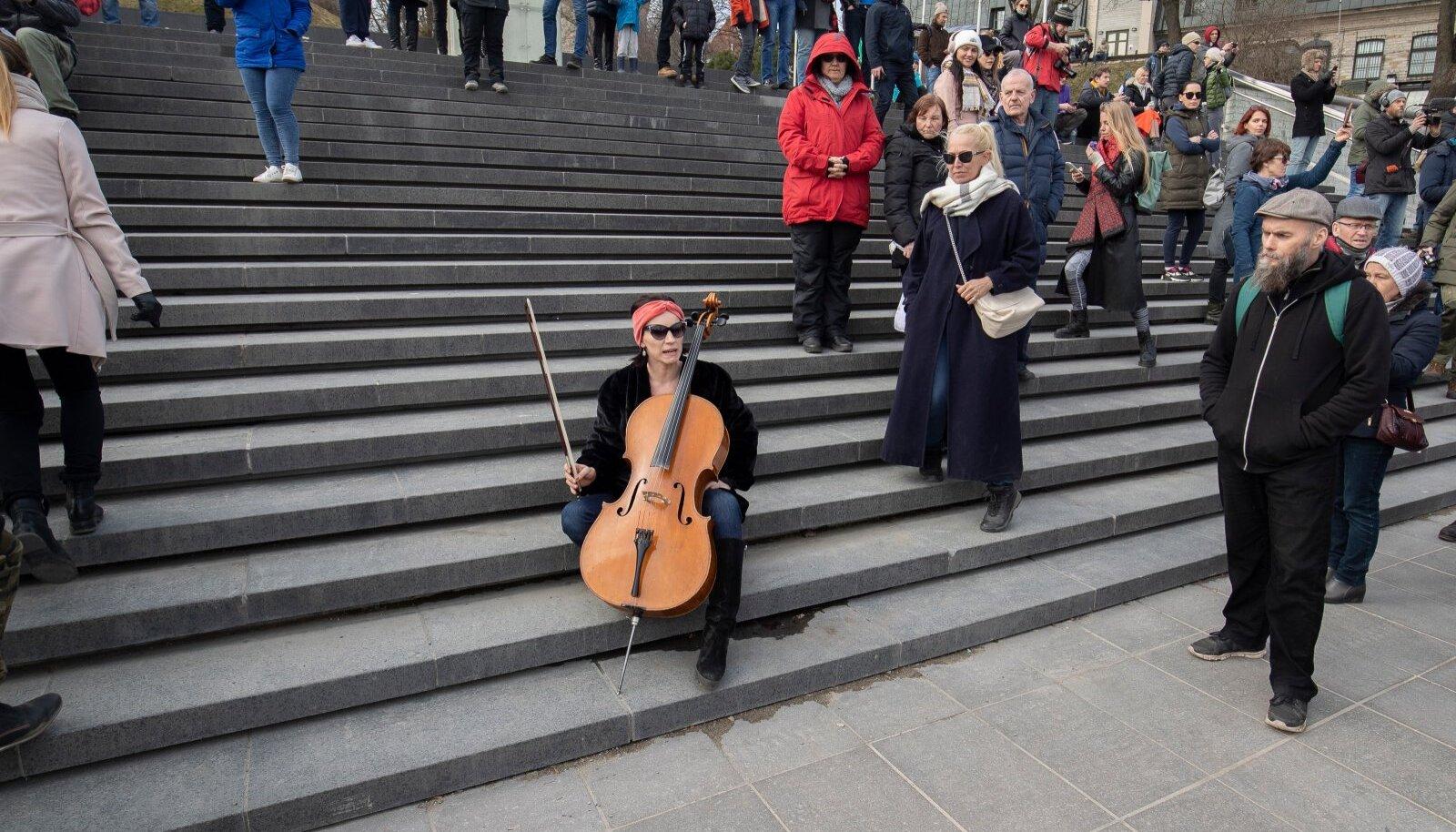 Protestiüritus 11.04.2021. Fotol Silvia Ilves tšelloga.