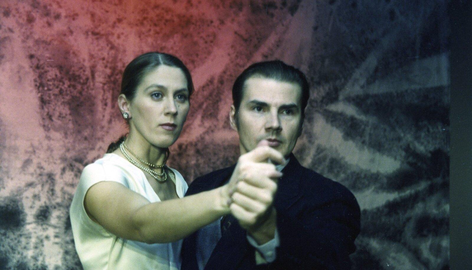 """Haide Männamäe ja Toomas Tross teatri Varius etenduses """"Saaga""""."""