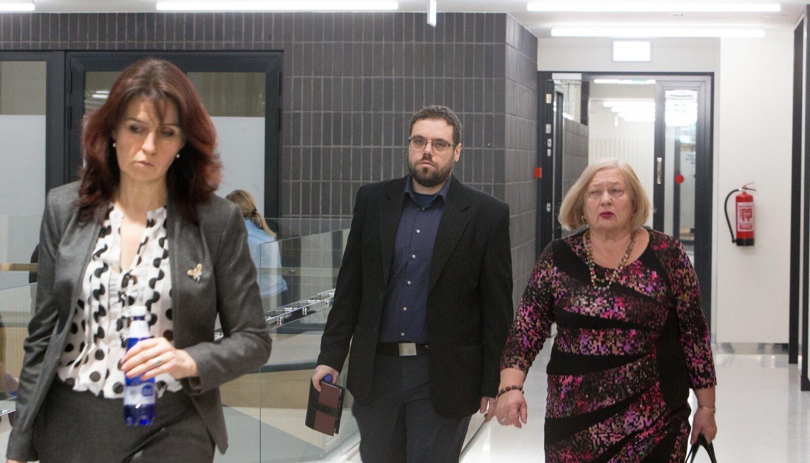 MÕISTKE MIND ÕIGEKS VÕI ÄRGE PANGE VÄHEMALT VANGI: Advokaat Anu Vilt, kohtualune Karel Šmutov ja advokaat Sirje Must.