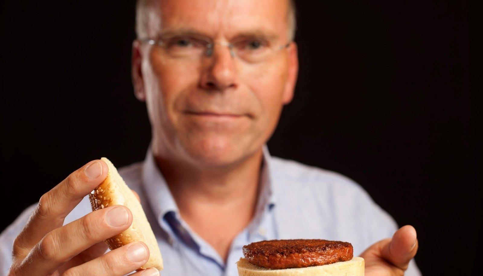 Professor Mark Post ja tema esimene 2013. aastal loodud burgeripihv