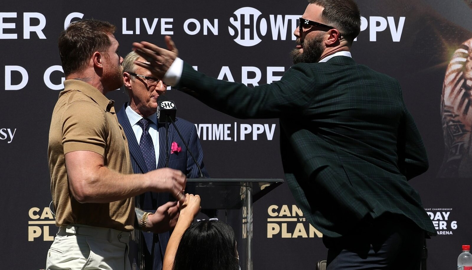 Caleb Plant (paremal) lõi Canelo Alvarezt lahtise käega.