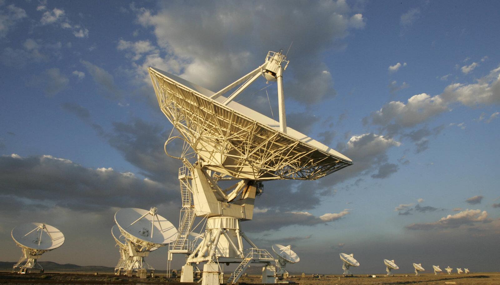 New Mexicos asuv teleskoobisüsteem, mille abiga raadiolainete pursete lähtepunkt selgeks tehti.