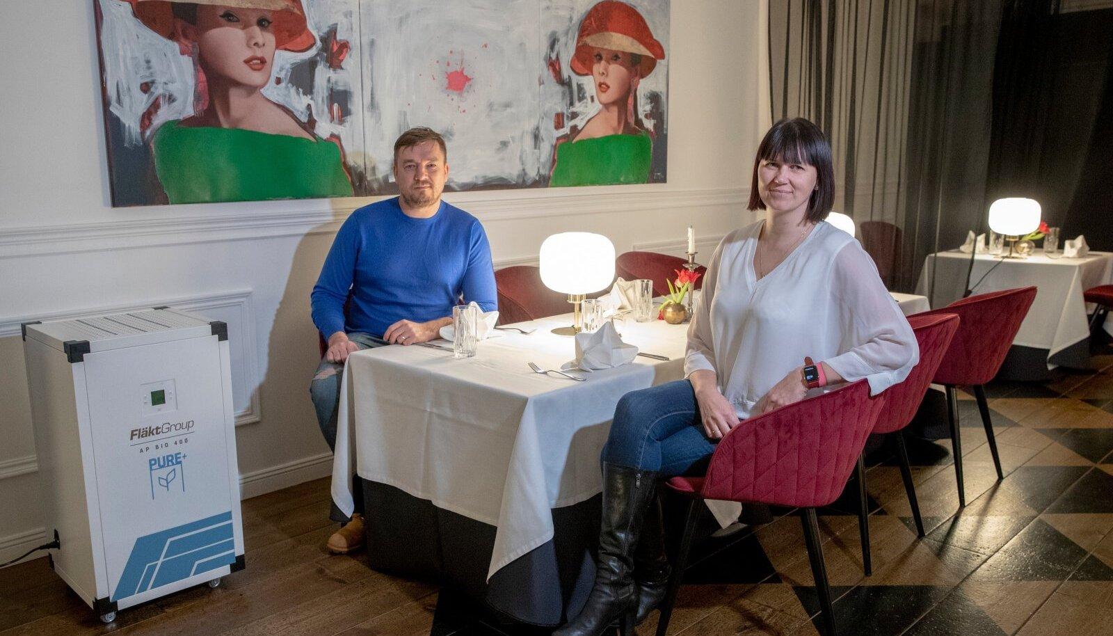 Uudne õhupuhasti, mida toob maale Tanel Gehrke (vasakul) ettevõte on Kati Plaamusele (paremal) kuuluvas restoranis Brasserie 11 kasutusel alates 15. jaanuarist.