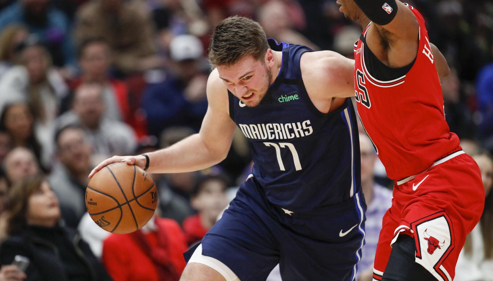 Luka Doncic (palliga) püüab vabaneda Chicago Bullsi kaitsjast Shaquille Harrisonist.