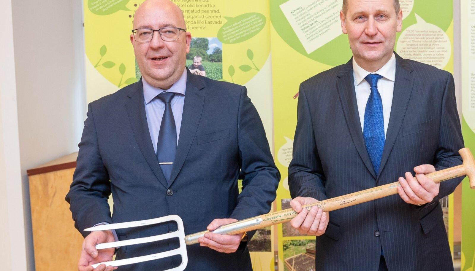 Eelmise valitsuse olulisi maaelu otsuseid muutma ei hakata, lubas uus maaeluminister Urmas Kruuse, võttes lahkuvalt ministrilt Arvo Allerilt üle sõnnikuhargi.