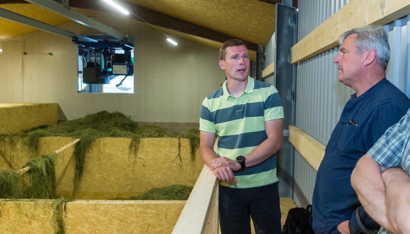 Andri-Peedo talu peremehe Kermo Rannamäe (vasakul) heinakuivatit vaadanud Pajusi ABF-i juhataja Lembit Paal meenutab, et heina prooviti küünis kuivatada ka kolhoosiajal.
