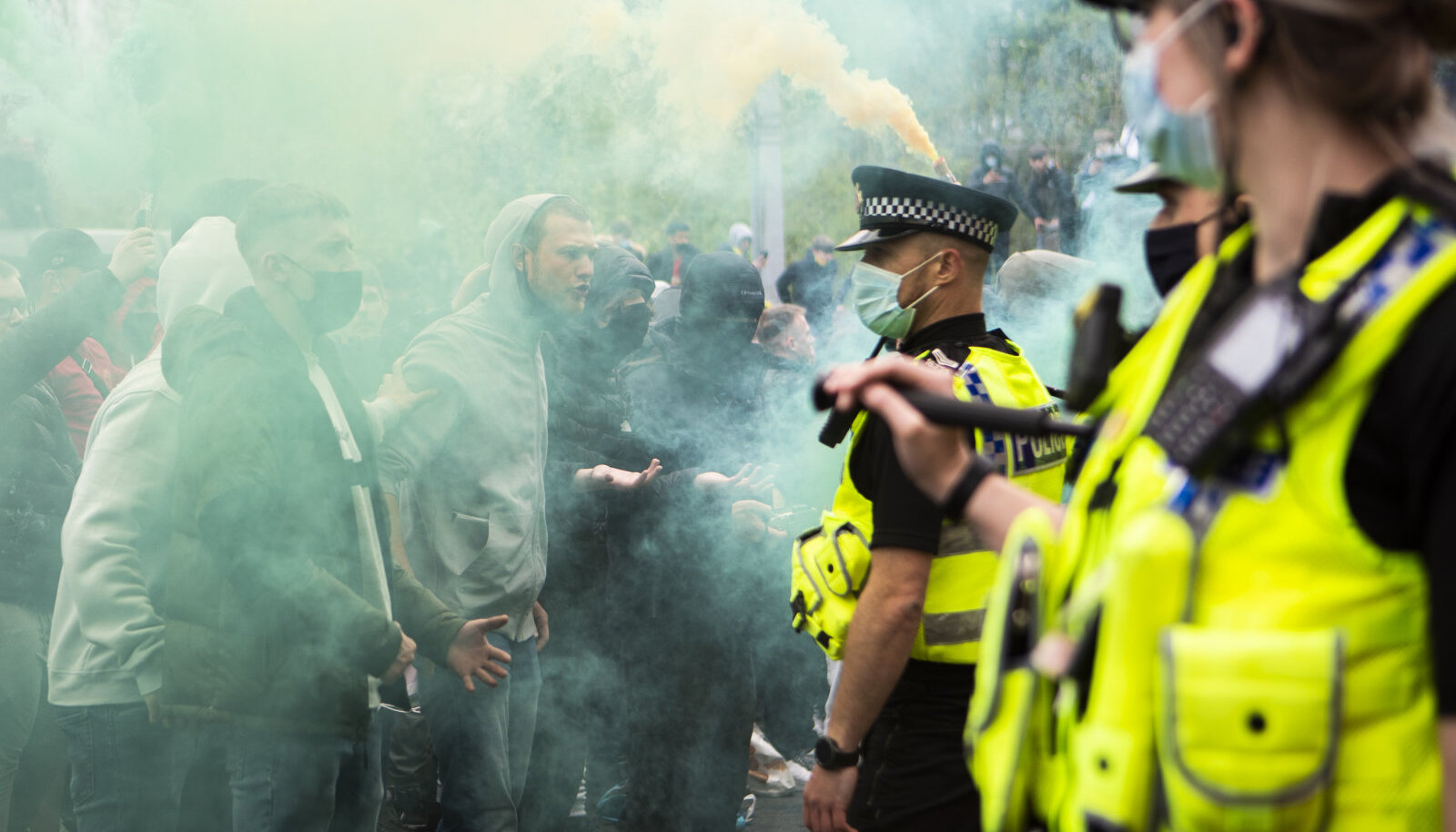 Фанаты бушуют в Манчестере