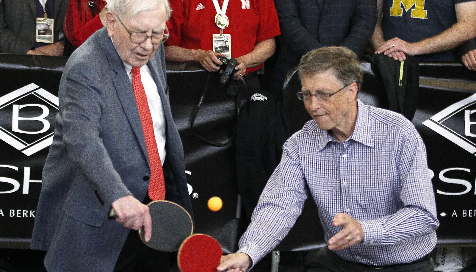 Warren Buffett ja Bill Gates Berkshire Hathaway aktsionäride üldkoosolekul lauatennist mängimas