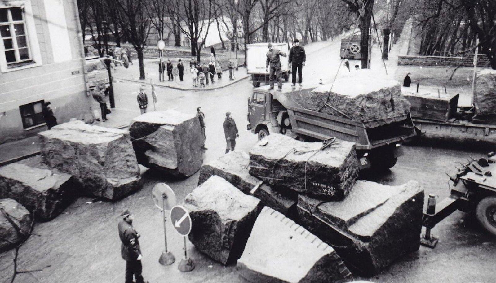 Toompead kaitsesid graniitrahnudest tankitõkked.